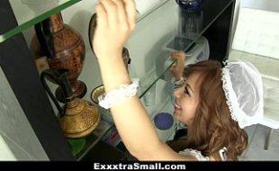 Ajudando a empregadinha com a limpeza da casa
