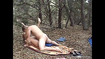 Metendo a rola na loira no meio da floresta
