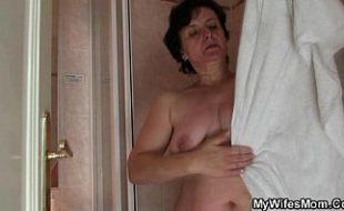 Tarado fode com a sogra e esposa pega no flagra