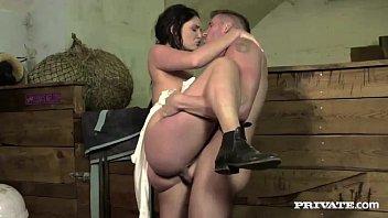 Fodendo a linda camponesa no trator