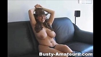 Cowgirl gostosa sensualizando no sofá