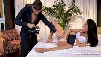 Casal filmando de perto uma foda com sexo anal e muita gozada