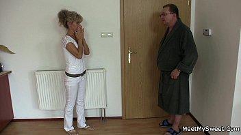 Pai mãe e filha numa putaria única depois que namorada sai