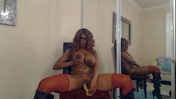 Stripper mulata rabuda e peituda se acabando com o seu dildo