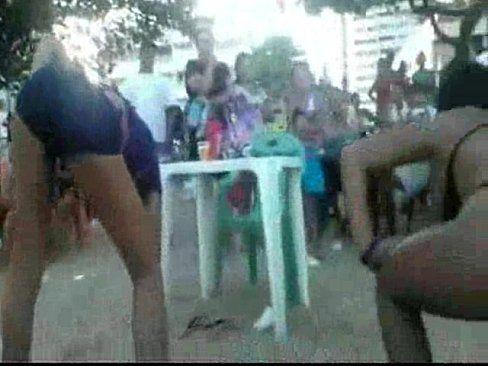 2 Novinhas  Safadas Rebolando De Biquini  Na Praia