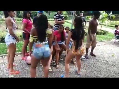 Grupinho De Gostosa Dançado Funk Na Praça