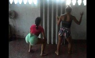 Vagabundas dançando funk com o shortinho colado na xaninha