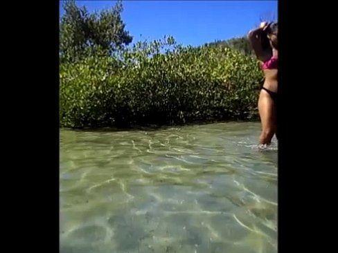 Morenas De Fio Dental Andando Pela Praia