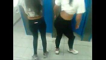 2 Novinhas dançando Na escola rebolando suas bundas empinadinhas