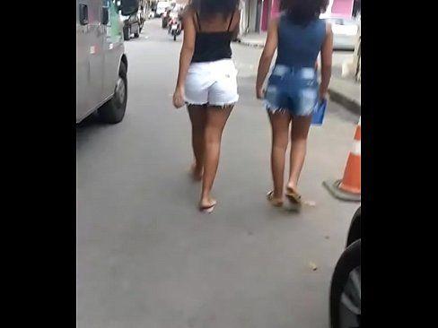 Morenas gostosas dando role na rua