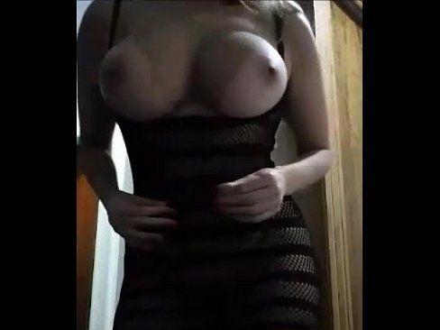 Peituda Em Dança Sensual Na Web Cam