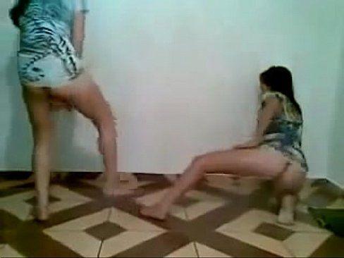 Novinhas rebolando e mostrando suas bucetas