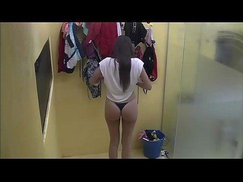 Safada vai tomar ducha com amigo e acaba liberando a buceta de 4