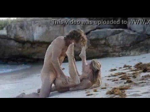 Casal Vai A Praia E Cheio De Tesão Trepam Na Areia