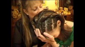 Mamãe safadinha ensinando a filhinha ninfetinha gostosa como trepar gostoso