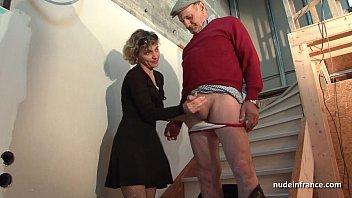 Novinha vai visitar namorado e acaba trepando com ele e seu sogro na sala