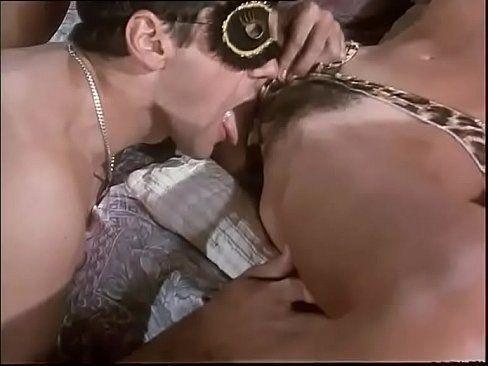 Na festa a fantasia machão mete a língua no grelinho da coroa gostosa