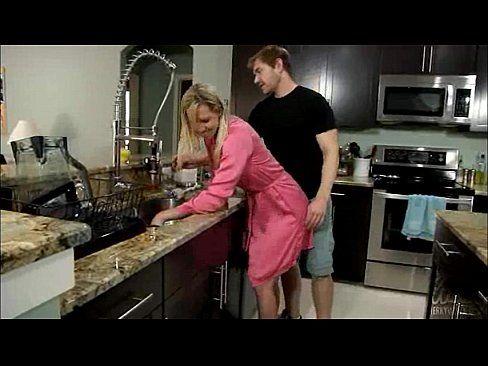 Sexo safado com esposa loirinha peladinha na cozinha