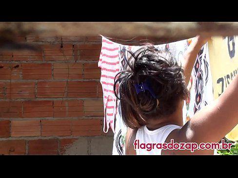 Vizinho Taradão Filmando Gata Da Favela Pendurando Roupa No Varal