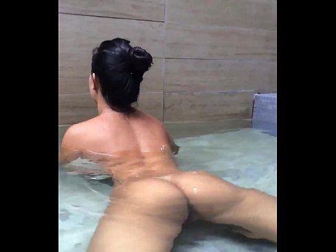 Morena peladinha gostosa rebolando na banheira