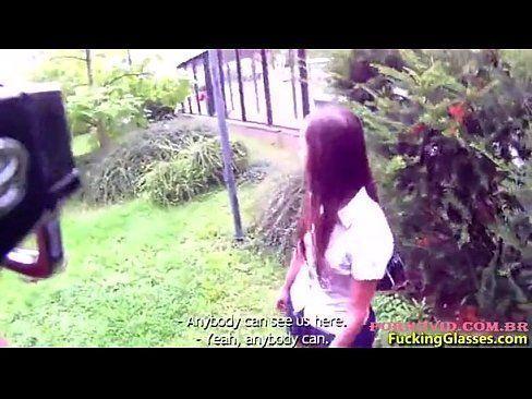 Putinha Gostosa Vai Ao Jardim E Safado Oferece Dinheiro Para Vadia Chupar Sua Pica