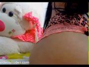Morena Metendo O Dedo Na Buceta E No Cuzinho Se Exibindo Na Webcam