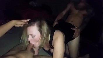 Suruba muito gostosa  com vadia dando pra dois amigos no motel
