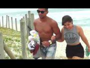 Loira ninfeta pagando boquete depois da praia na cama com o namorado