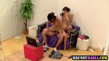 Duas Amigas Bi se fodendo com amigo na sala