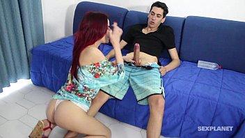 Sexo oral com namoradinha tarada no sofá da sala