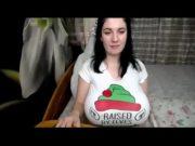 Morena novinha levantando a blusa na web cam e mostrando os peitões