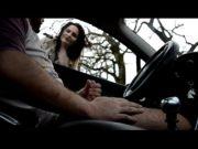 Vadia encontra amigo de carro no parque e paga boquete gostoso de 4