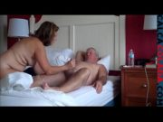 coroa dando no couro na cama com seu marido