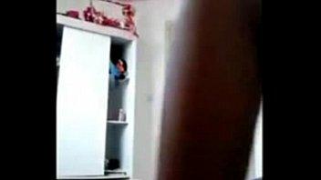 Moreninha magrinha tocando uma em frente a câmera
