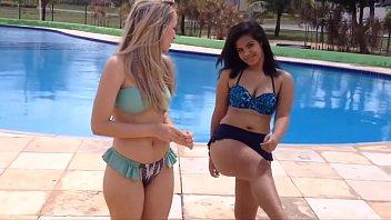 Amigas gostosas se exibindo de biquini na piscina