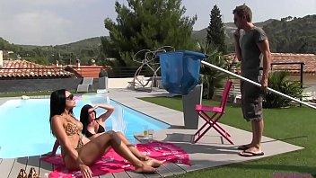Amigas lésbicas se chupando gostoso na piscina peladinhas