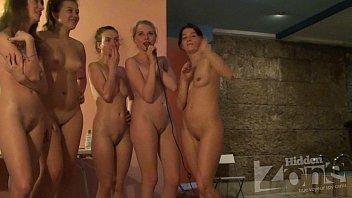 Grupo de amigas bêbadas ficando peladinhas para a cam