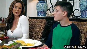 Mãe rouba namorado da filha em jantar de ação de graças