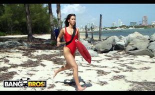 novinha pagando calcinha na praia para tarado roludo