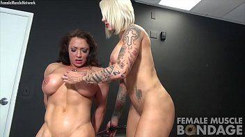 Estrelas musculosas do pornô fazendo sexo lésbico