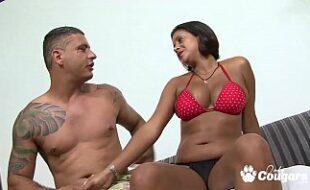 Sexo amador com latina sexy tomando pica