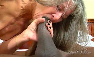 Video porno coroas abrindo o bucetão pra rola entrar
