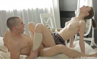 Bucetas lesbicas da novinha levando vara na xota